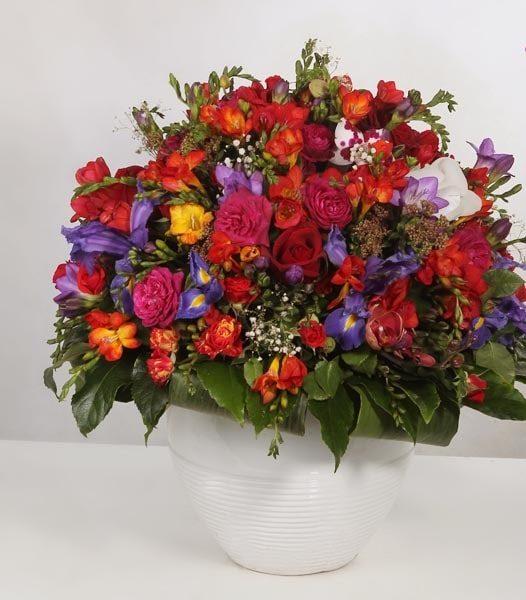گلدان زیبا با گل های رنگارنگ