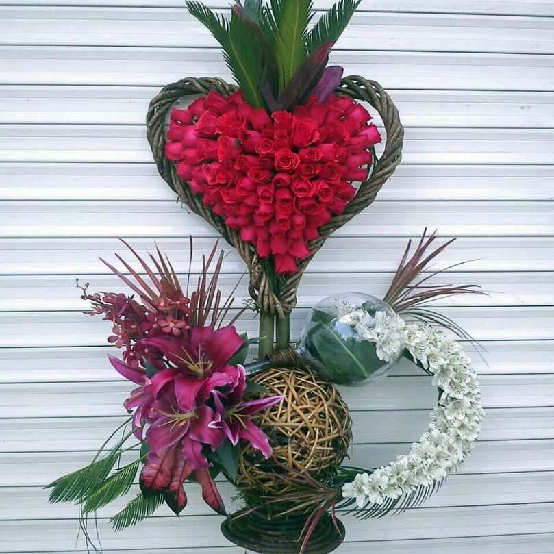 سبد گل زیبا رز قلبی تزئینی